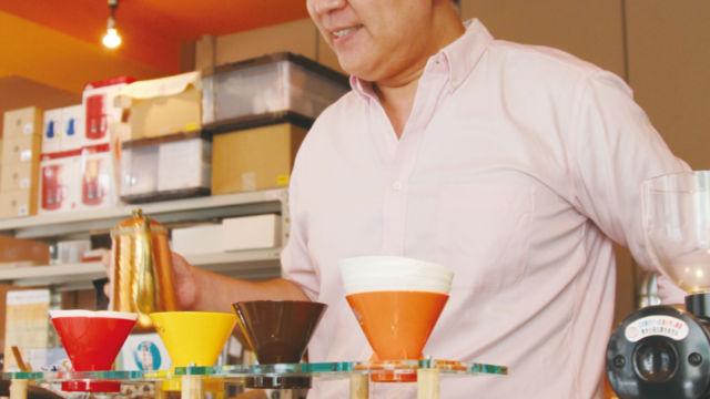 コーヒーを抽出するSHIBACOFFEE 柴田さま